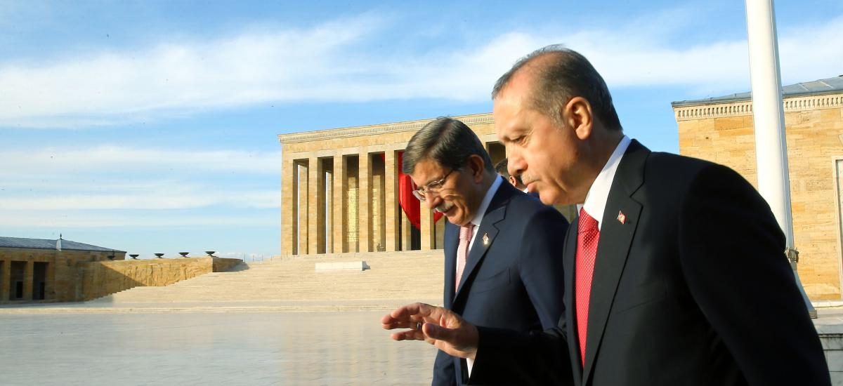 Turkish President Recep Tayyip Erdogan (R) and Prime Minister Ahmet Davutoglu walking during a ceremony.